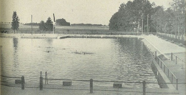 Basen kąpielowy w Lipnie. Po prawej stronie droga w kierunku Szczepanowic. Fotografia z 1934 roku