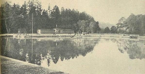 Basen kąpielowy w Lipnie. Skocznia, przebieralnia i zjeżdżalnia. Fotografia z 1934 roku