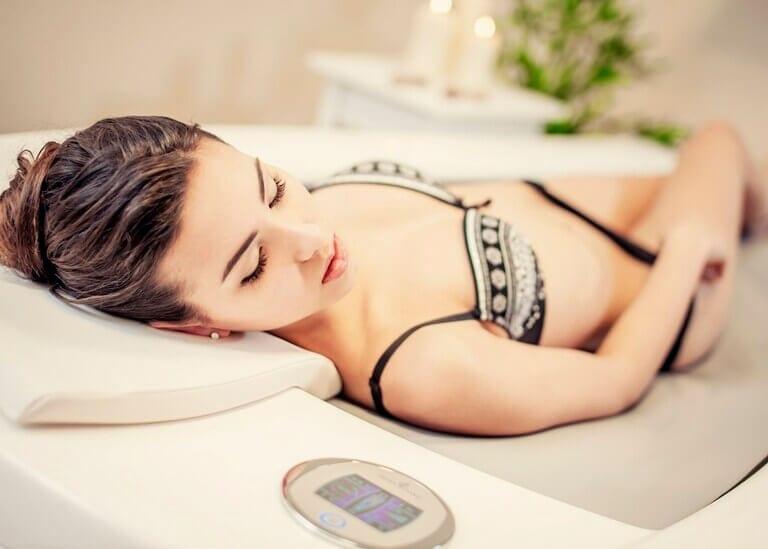 Relaks i intymna atmosfera na samoobsługowym łóżku Aquai