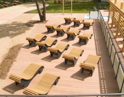 Leżaki przy basenie sportowym