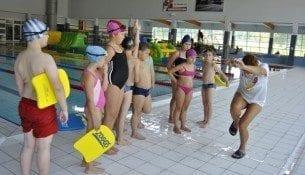 W aquaparku dzieci uczą się pływać