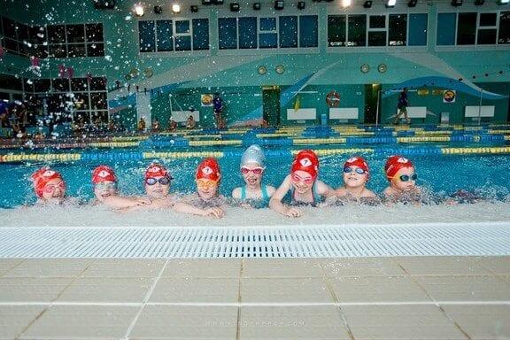 nauka-plywania-dzieci-czy-warto